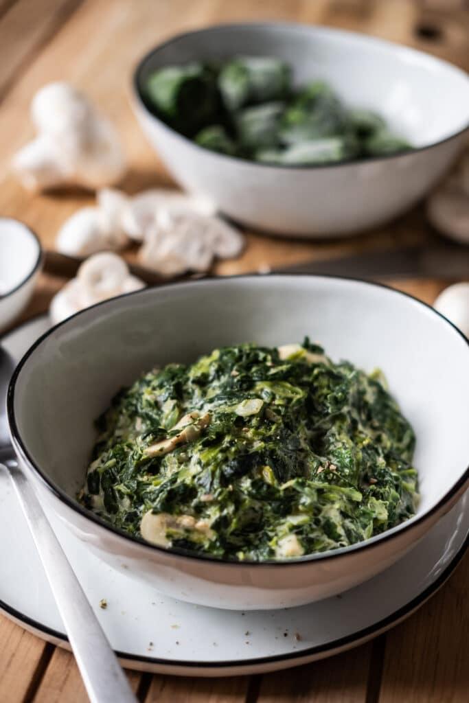 Kalorienarme Beilage: Spinat mit Frischkäse in Schale
