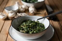 Kalorienarme Beilage: Spinat mit Frischkäse in einer Schale