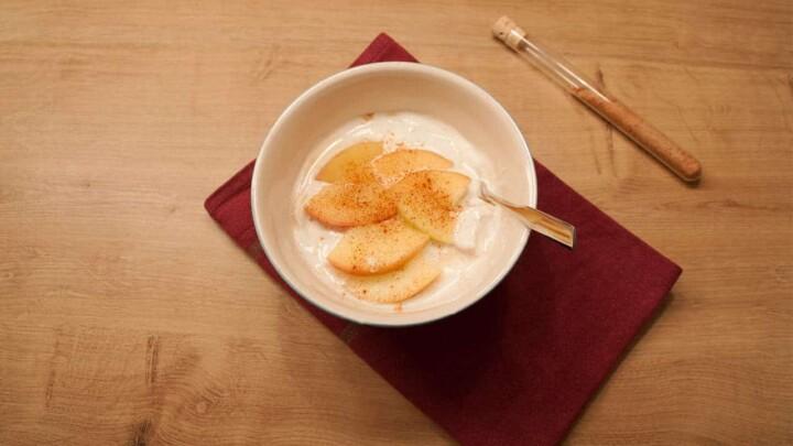 Ein kalorienarmes Abnehm-Rezept, perfekt für die Weihnachtszeit: Joghurt mit Zimtapfel