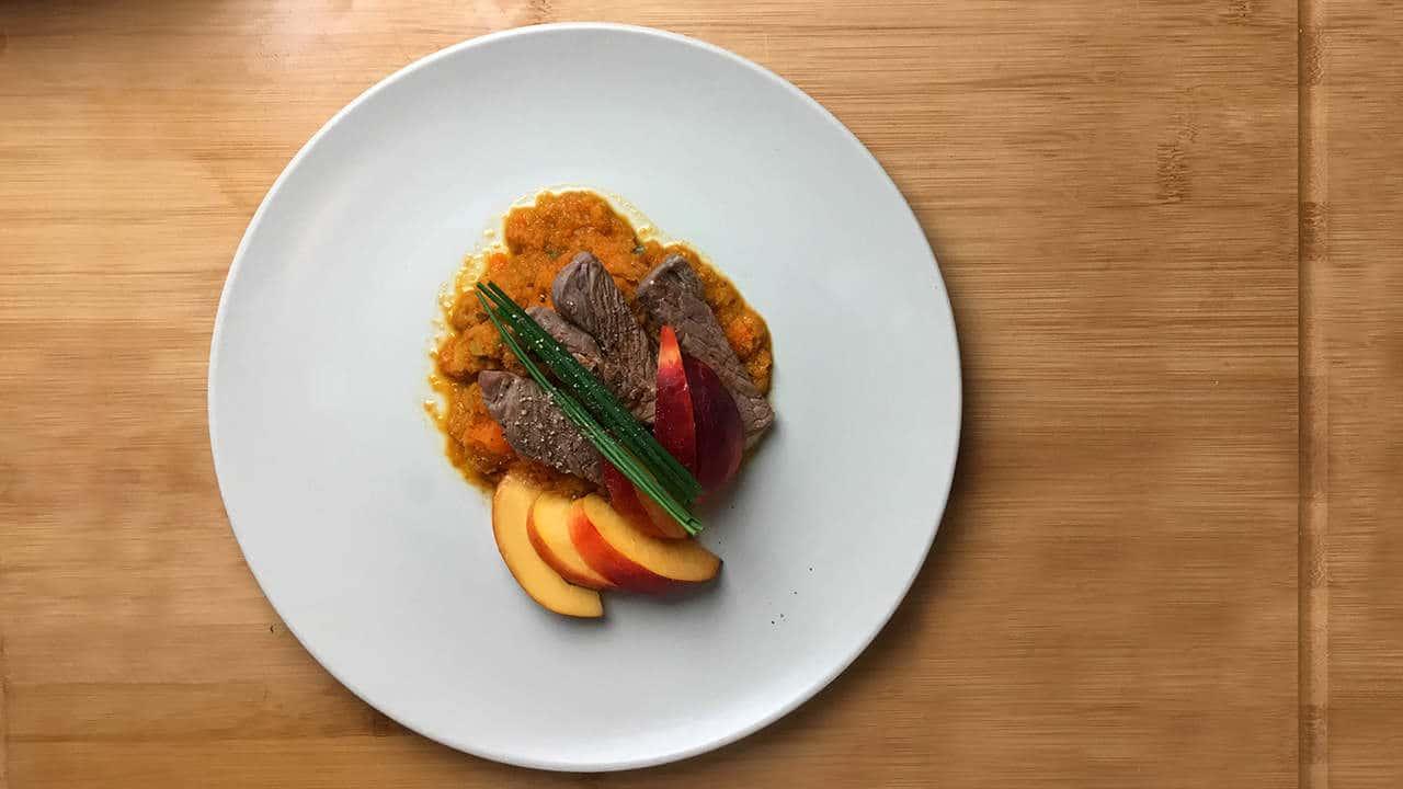 Ein festliches Gericht: Das Sanguinum Abnehm-Rezept für Rinderfilet mit Nektarinenspalten.