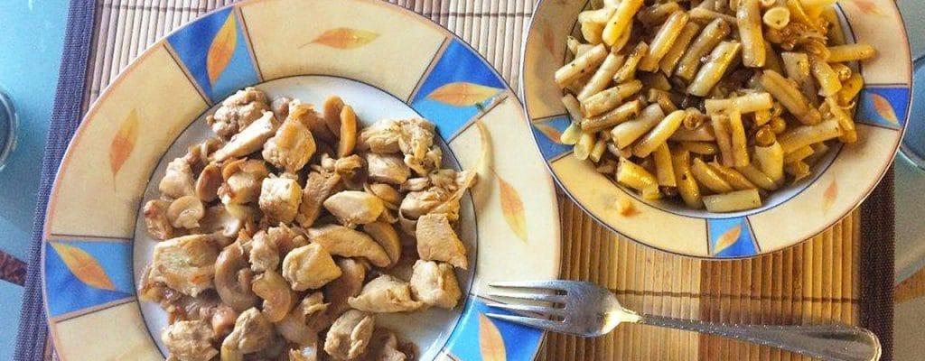 Ein kleiner Einblick in meinen Speiseplan: Hier gibt es Hähnchenbrustfilet mit Champignons und Bohnensalat. :)
