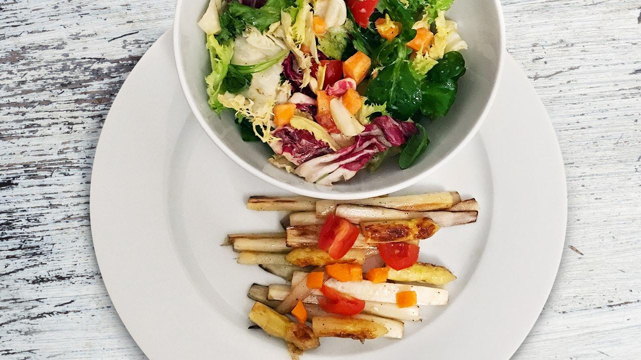 Gegrillter Spargel mit buntem Salat