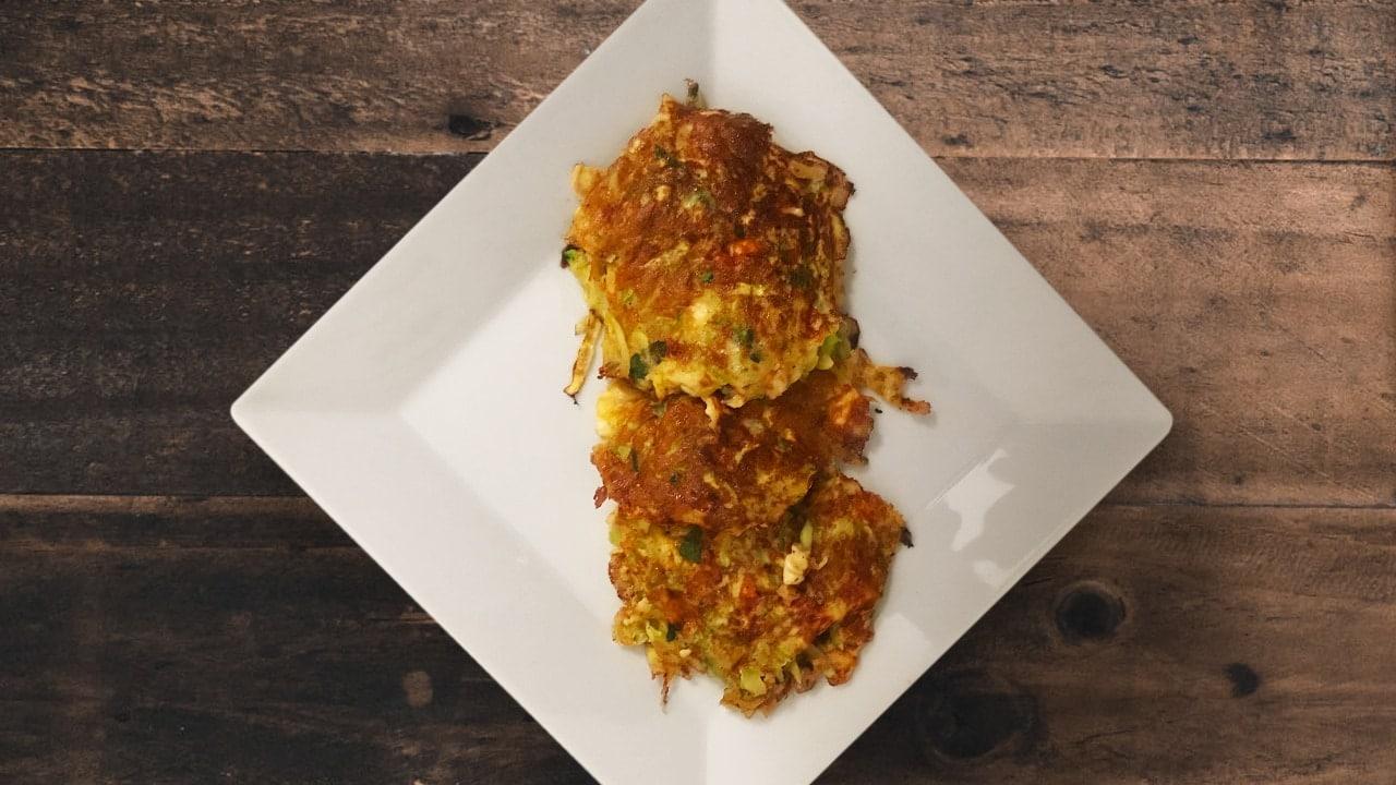 Die Zucchini-Puffer mit frischen Kräutern und Feta sind eine tolle Alternative zu Kartoffelpuffern und kommen ohne Mehl aus.