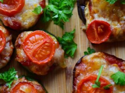 Pizza Häppchen auf Gemüseboden