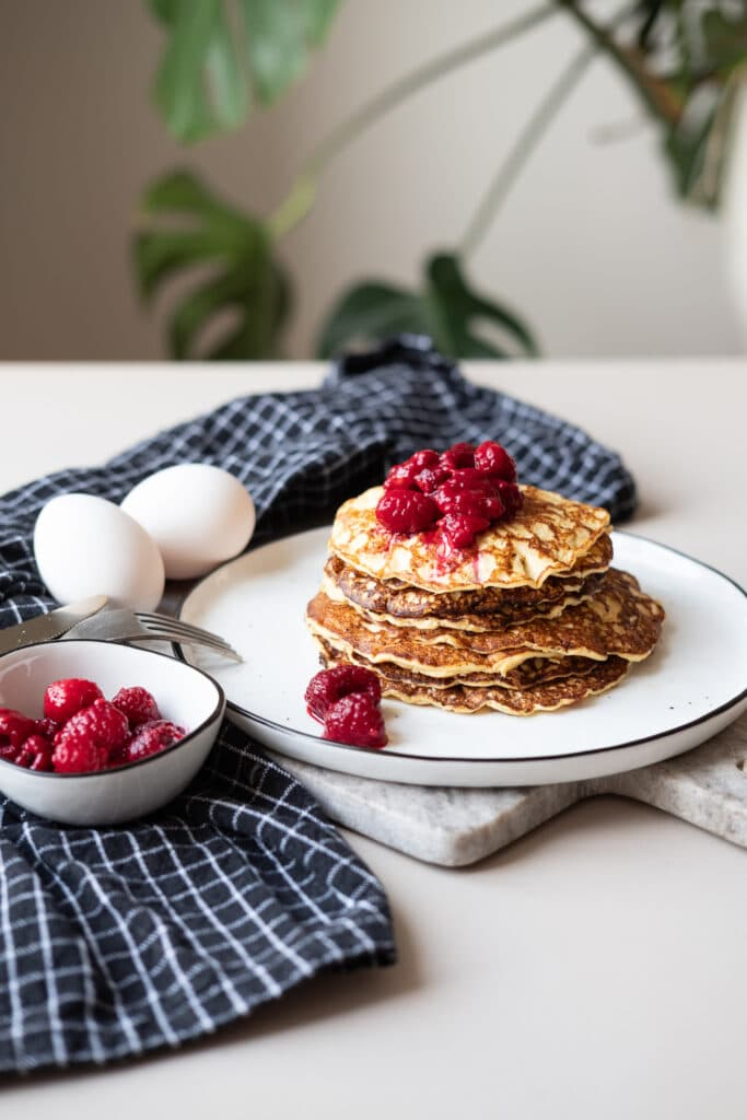 Low Carb Protein Pancakes mit Himbeersoße