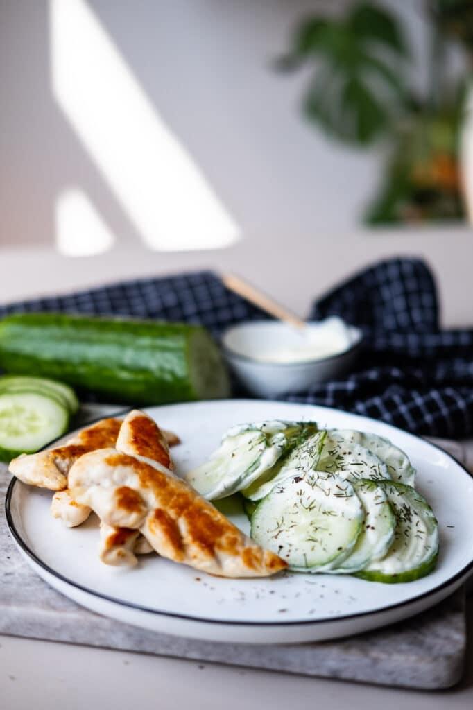 fettarmer Gurkensalat und Hähnchen auf einem Teller