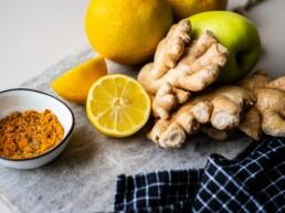Apfel-Ingwer-Kurkuma-Zitronen-auf-Tisch