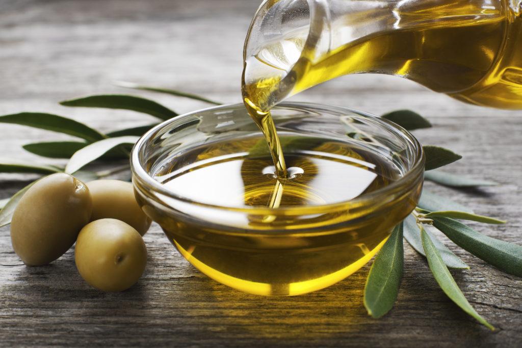 gesundes Öl zum Abnehmen: Olivenöl in einer Schale